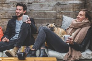 犬を中心に仲の良い夫婦